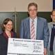 Oberbürgermeister überreicht Spendenscheck für Mitmachlabor Chemikum