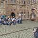 Stadtrundgang, Kulisse Rathaus Marburg mit Gruppenfoto zweihändig