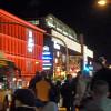 Busse fahren, Lichter leuchten, Menschen strömen und füllen die Kassen