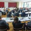 Skandal im Kreishaus Marburg-Biedenkopf : Landrätin Fründt platziert AfD-Abgeordnete in der Mitte und düpiert demokratische Opposition