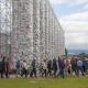 Schlange stehen für verbotene Bücher – The Parthenon of Books lockt Tausende auf den Friedrichsplatz in Kassel