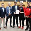 Staatssekretär übergibt Förderbescheid an SSG Goalball-Mannschaft