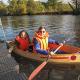 Kinder der Herbstferien-Werkstatt bauen ein kleines Boot