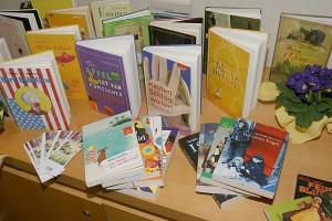 Bücher lassen sich anfassen und blättern. Lesen bildet und macht Spaß. So gehört ein richtiger Büchertisch dazu. Besser noch, wenn die Bücher, gespendet von den Buchhadlungen Elwert und Lesezeichen, hinterher den Kindern gehören.