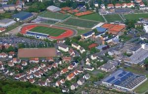Luftbild mit großen Solaranlagen auf Dächern