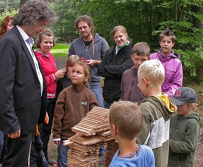 Bürgermeister Kahle inmitten von Kindern