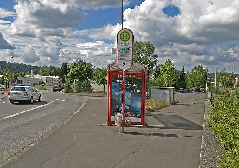 Straße mit Bushaltestelle