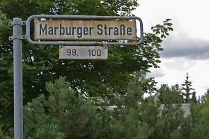 Schild mit Straßennamen Marburger Straße