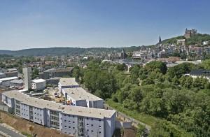 Blick über neue Appartementanlage und Lahn bis zum Schloß