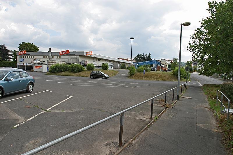geteerte Parkpätze im Hintergrund Supermarkt
