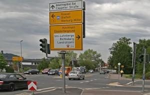 Straßenkreuzung mit Verkehrsschildern