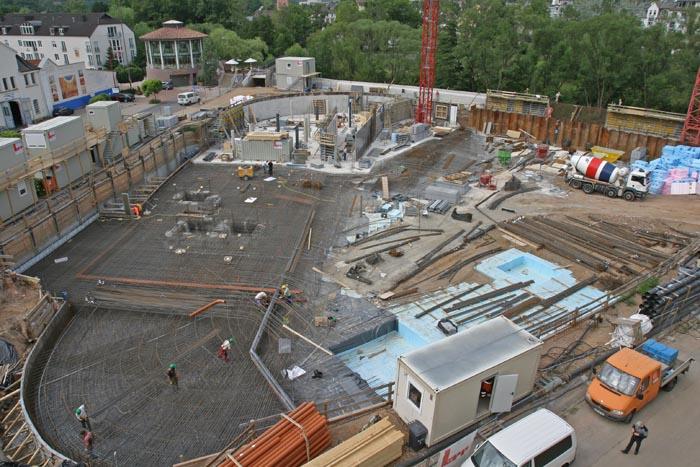 Blick in Baugrube mit Arbeitern