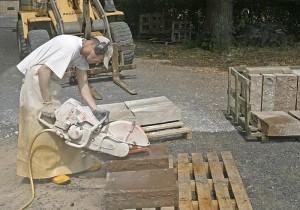 Mann schneidet Sandsein mit Maschine