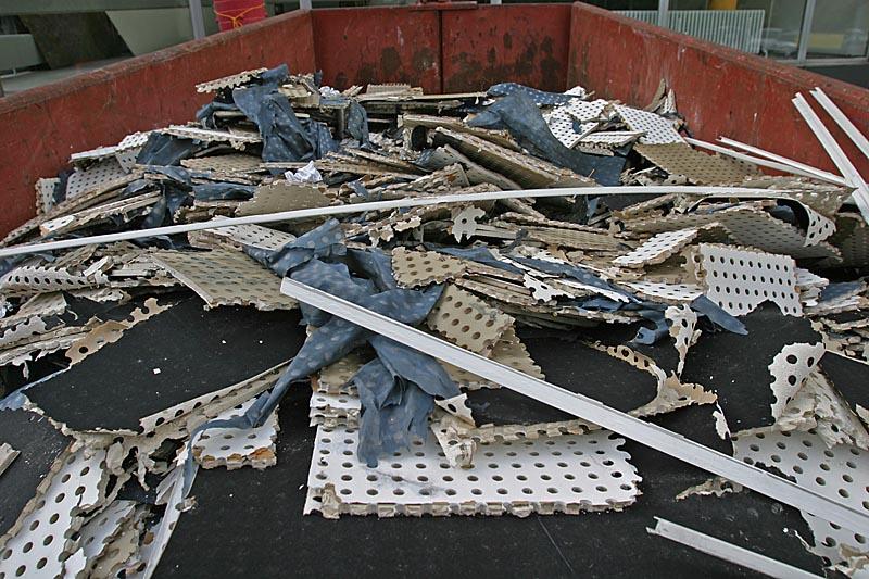 Bauschuttcontainer mit Mineralplatten in kleinen Stücken