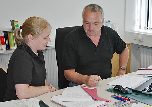 Frau und Mann an Schreibtisch