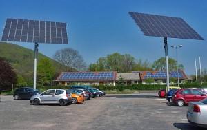 Parkplätz mit zwei Säulen und Solarpaneelen darauf