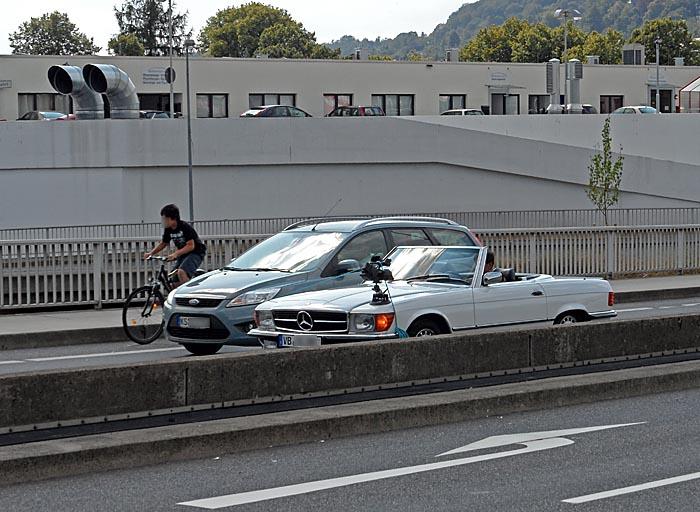 Auto am Erlenring mit Filmkamera auf Kotflügel montiert