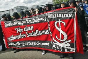 Antikapitalistische und nationalsozialistische Parolen bei Neonazis als Autonome Nationalisten im Schwarzen Block (Foto/Quelle wikipedia CC)