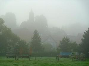 Blick zur Cappeler Kirche im Frühnebel (Foto Hartwig Bambey)