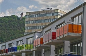 Private Investoren schaffen zwar Wohnraum, von sozialem Wohungsbau ist das meilenweit entfernt. So schauen Normalverdiener oder gar Menschen mit geringem Einkommen dabei in die Röhre, können sich allenfalls am Anblick bunter Balkonfassaden von außen erfreuen. Alle Fotografien Hartwig Bambey