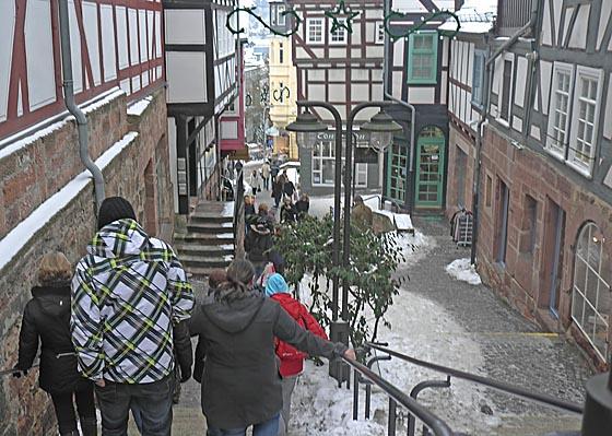 Bei Eis und Schnee, wie auf diesem Archivfoto, ist es mitunter ein Stück Arbeit aus der Marburger Oberstadt wieder hinab zu steigen.  Foto Hartwig Bambey