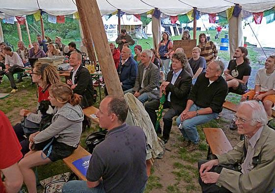 Veranstaltungen unter freiem Himmel und im Zelt bei Marburger Bildungsfest. Foto Hartwig Bambey