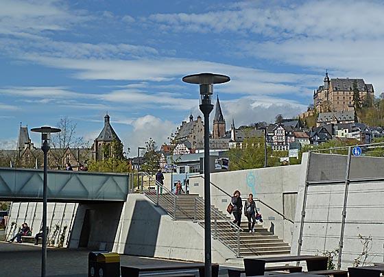 Blick vom neu gestalteten Mensahof am Erlenring zur Altstadt, links das Gebäude der Alten Universität. Foto Hartwig Bambey 2012