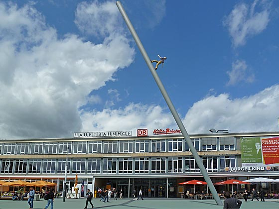 Kulturbahnhof Kassel mit dem 'Man walking to the sky' von Jonathan Borofski von der Dokumenta IX in 1992. Sternbald-Foto Hartwig Bambey
