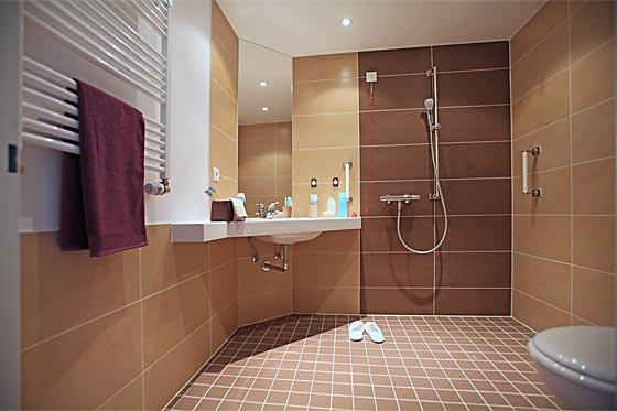 helle badezimmer deckenleuchte raum und m beldesign inspiration. Black Bedroom Furniture Sets. Home Design Ideas