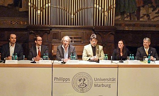 Auf dem Podium in der Aula unter den Orgelpfeifen: Daniel May (GRÜNE), links, Jan Schneider (CDU), Universitätspräsidentin Katharina Krause, Gernot Grumbach (SPD), Janine Wissler (LINKE), Matthias Büger (FDP):