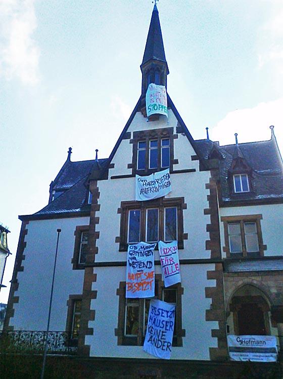 Gebäude der Fronhofschule mit Transparenten der Besetzer