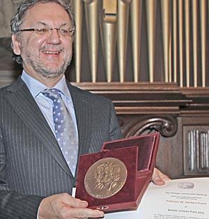 Heribert Prantl mit Brüder-Grimm-Preis der Phlipps-Universität Marburg 2012. Foto Hartwig Bambey