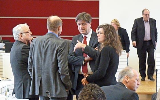 Vor Sitzungsbeginn des Kreistags am 22. März im Sitzungssaal des Landkreises gab es allerhand Vorgespräche. Foto Hartwig Bambey