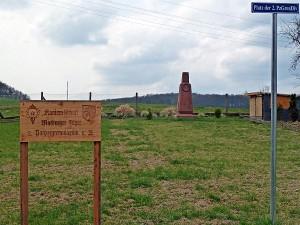 Direkt am Radweg in Höhe von Bortshausen findet sich die skurrille und militaristische 'Denkmalanlage' nach dem Geschmack der Marburger Jäger und in fragwüridger Duldung seitens städtischer Behörde. Foto Hartwig Bambey