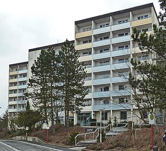 In diesem Hochhaus am Richtsberg ist das derzeitige Altenzentrum einbehaust. Inzwischen wohnen dort zusätzlich Studierende. Foto Hartwig Bambey