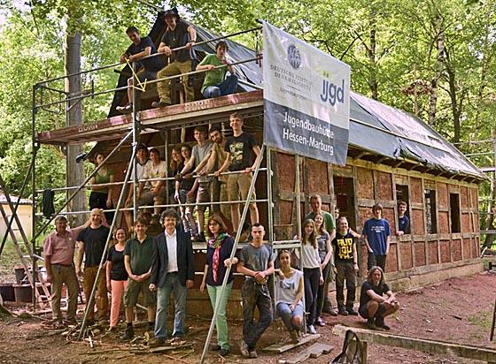 Jugendliche aus dem Freiwilligen Sozialen Jahr Denkmalpflege der Jugendbauhütte Hessen-Marburg erhielten Besuch von Mitarbeitern der Stadtverwaltung und Bürgermeister Kahle. Foto Jürgen Heer