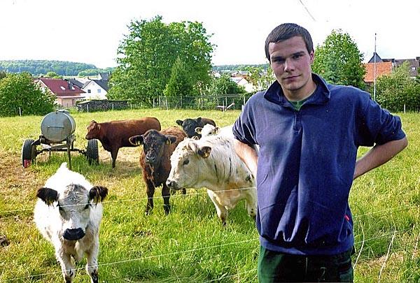 Tierpfleger Nern in Kinzenbach arbeitet in Frankfurt und hält eine kleine Herde, überwiegend aus zottelige, dunkelbraune Galloways. Foto Ursula Wöll.