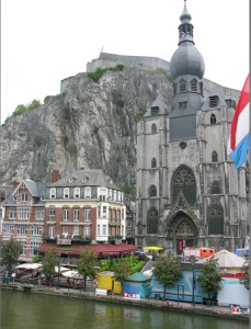 Dinant an der Maas - Stiftskirche Notre Dame und Zitadelle. Foto Till Conrad