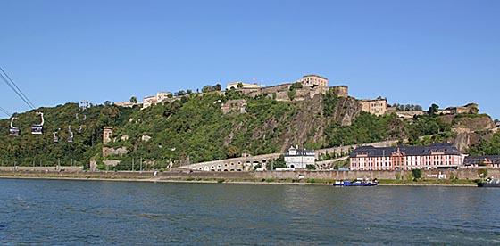 Die Festung Ehrenbreitstein in Koblenz, links die Seilbahn zum Festungsplateau, rechts unten die Pagerie und der Dikasterialbau des ehemaligen Schlosses Philippsburg. Foto Holger Weinandt (Wikipedia)