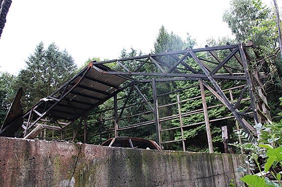 Rest der 08/2013 abgebrannten Lagerhalle auf dem Baumschulgelände. Foto Andreas Matusch