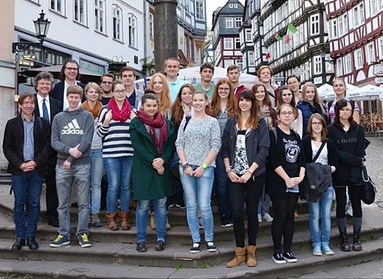 Bürgermeister Franz Kahle mit den Freiwilligen des Projekts 'Jugendbauhütte Hessen-Marburg' auf dem Marktplatz. Foto Jonas Becker