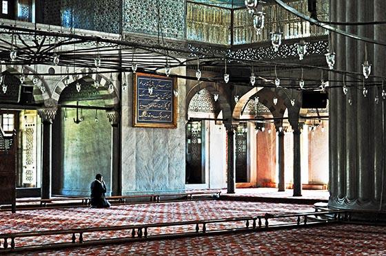 Ein Betender in der Sultan- Ahmed- Moschee. Foto Reinhard Keller