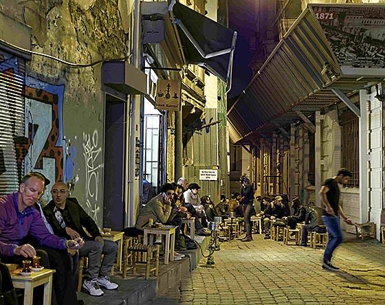 Wasserpfeifen abends in einem Café. Foto Thomas Kämpchen