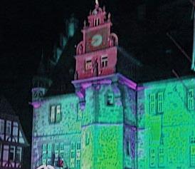 Rathaus Marburg gruen angestrahlt