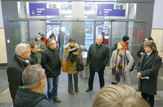 Stelldichein in der Halle des Marburger Hauptbahnhofes. Sternbald-Foto Hartwig Bambey