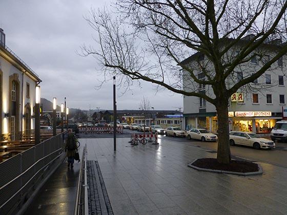 Bereiches des Bahnhofsvorplatzes sind mit Steinplatten bedeckt. Sternbald-Foto Hartwig Bambey