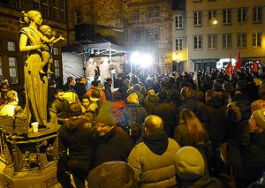 Antigida Marburg unter den Augen von Sophie von Brabant auf dem mit Scheinwerfern erleuchteten Marktplatz. Sternbald-Fotos Hartwig Bambey.