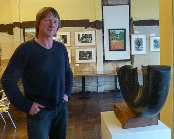 Bildhauer Markus Thorn aus Greifenstein vor einer seiner Arbeiten in der Temporären Autoren Galerie (TAG) unmittelbar am Domplatz. Sternbald-Foto Hartwig Bambey