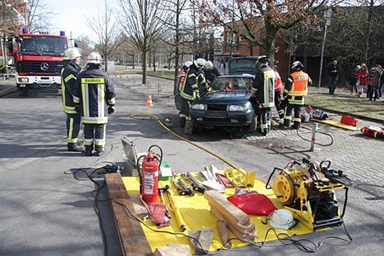 Rettungsübung während des Kompaktkurses Notfallmedizin am UKGM Marburg. Foto Frank Steibli