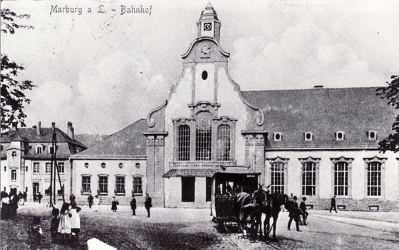 Historische Ansicht des Marburger Hauptbahnhofs: Empfangsgebäude mit Pferdebahn. Foto Archiv Böhler